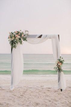 Simple beach wedding decor inspiration | Florida wedding | Flowers | Photography: Pure7 Studios #beachwedding #weddingdecoration