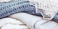 Mooie gebreide sjaals zijn vrij prijzig in de winkel. Het is heel eenvoudig zelf een sjaal te breien. Bekijk hier hoe je eenvoudig zelf een sjaal breit.