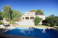 Villa for sale in Benissa Costa, La Fustera. This four bedroom villa has the accommodation on two levels connected via an internal staircase. The villa has parking for three cars and a private, secluded garden.