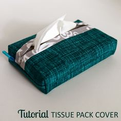 Self-Binding Pocket Tissue Pack Cover Tutorial Sewing Hacks, Sewing Tutorials, Sewing Projects, Sewing Patterns Free, Free Sewing, Bag Patterns, Diy Sac, Scrap Busters, Tissue Box Covers