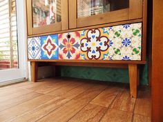 Gaveta repaginada com adesivo de ladrilho, azulejo colorido. Home Office Remobília