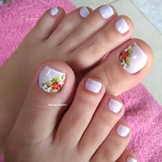 27 Ideias Variadas de Unhas Decoradas dos Pés Pretty Toe Nails, Pretty Toes, Summer Toe Nails, Bee Embroidery, Beautiful Toes, French Tip Nails, Toe Nail Designs, Manicure And Pedicure, Hair Jewelry