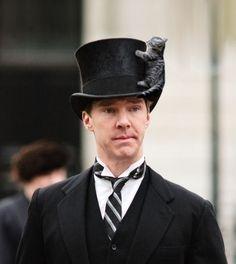 O encontrarán un lugar sobre su sombrero, solo para estar cerca de él.