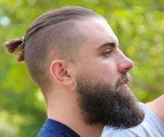 The undercut bun aka the top knot - hairstyles & haircuts for men Popular Haircuts, Cool Haircuts, Haircuts For Men, Medium Haircuts, Haircut Medium, Short Haircuts, Haircut Men, Haircut Short, Fade Haircut
