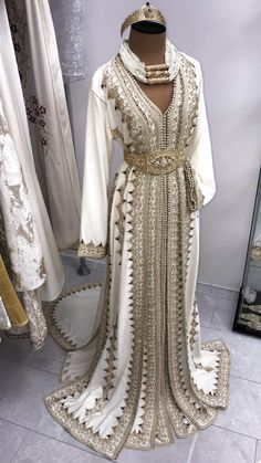 Bridal takshita Source by dress Morrocan Dress, Moroccan Bride, Moroccan Caftan, Morrocan Wedding Dress, Arab Fashion, Muslim Fashion, Ski Fashion, Muslim Wedding Dresses, Formal Dresses