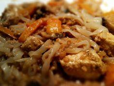 Sambon fick välja middag idag så det blev kyckling i jordnötssås. Anna Hallén har ett grymt bra recept på jordnötssås i sin bok Lchf husmanskost. Jag har gjort detta med strimlad lövbiff förut, men…