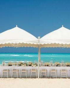 Gorgeous reception on the beach.