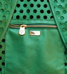 Bolsa traseiro da mochila de couro vazado a laser da Mab Store - www.mabstore.com.br.