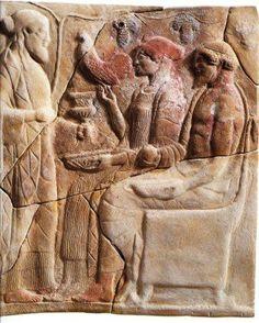 Dioniso offre doni alla coppia degli Inferi, Kore/Proserpina e Hades/Plutone. Pinax fittile dei primi decenni del V secolo a.C. Santuario di Persefone a mezza costa del colle della Mannella, Locri Epizefiri.