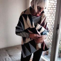 Hanne har strikket videre på model 12 fra hæftet »Vendestrik i lange baner« så tæppet nu har dobbelt længde 🌞 #forlagetvingefang #vendestrikilangebaner #vendestrik #hæfte #hannemeedom #sofiemeedom