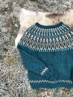 Ravelry: Tusseladdgenser pattern by Linka Karoline Neumann Knitting Projects, Knitting Patterns, Icelandic Sweaters, Ski Sweater, Knit Art, Knitting For Beginners, Knit Crochet, Autumn Fashion, Tutorials