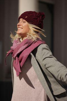 Schal aus feinstem Loden aus 100% Merinowolle. Das Schultertuch besticht durch ein angenehmes Tragegefühl. Das Dreieckstuch ist personalisierbar durch ein individuelles Monogramm und somit ein perfektes Geschenk. Passend zum modernen Outfit und zu Dirndl und Tracht.----- Shawl made from finest loden from 100% merinowool.  Scarf, shoulder scarf. Suitable to modern outfits and traditional clothes like dirndl. Perfect personalised Gift. #scarf #austriandesign #merinowool Moderne Outfits, Happy Day, Winter Outfits, Winter Hats, Pink, Minimal, Gift Ideas, Fall, Fashion