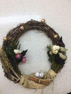 Doğal ağaç dallarından yapılan bir çember ve süslemeleri Grapevine Wreath, Grape Vines, Wreaths, Home Decor, Decoration Home, Door Wreaths, Room Decor, Vineyard Vines, Deco Mesh Wreaths