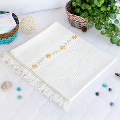 [Chrysanthemum - White] Thermal Cellular Embroidered Throw Blanket (31.5 by 55.1 inches)