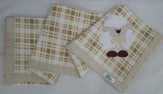 Manta em soft microfibra bege xadrez, com barrado em tecido 100% algodão e patch apliquée Ovelhinha.