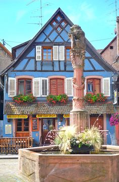 Ausflug nach Ribeauvillé im Elsass, Place du Lion mit dem Brunnen / Fontaine / Alsace Beautiful Places, Beautiful Pictures, Red Houses, Cute House, European Travel, Dream Vacations, House Colors, Perfect Place, Architecture