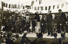 Virslievő-verseny a jótékony célú Újságíró-napon, a Nemzeti (Angol) parkban. Karinthy Frigyes mint zsűritag a színpadon, 1918. szeptember 10. Fotó: Müllner János (Kiscelli Múzeum)(960×626) Guba Ildikó - BP régi képeken