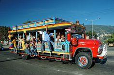La famosa 'chiva' colombiana podría ser el Vehículo indicado para la despedida de los novios, u otros celebraciones previas al día de la boda. también podrías transportar a los invitados al lugar de la recepción.