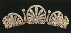 """""""MIS JOYAS REALES"""": Liechtenstein: Tiara Kinski - Conocida también como """"Tiara de Palmetas"""", está realizada en platino y diamantes, y representa siete palmas separadas por barras de diamantes coronadas por un brillante cada una."""