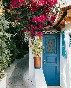 Anafiotika Entrance Doors, Doorway, Grand Entrance, Old Doors, Windows And Doors, Unusual Homes, Unusual Art, Custom Wood Doors, Door Images