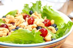 Sådan laver du en sund salat med cashewnødder, der er blandet med dejlige vindruer og blåbær. Lav den på en bund af hovedsalat. Her er opskriften på en meget nem salat med cashewnødder, blåbær og vindruer.