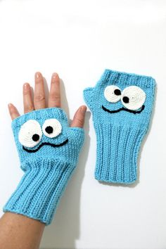 Blue crazy mids, Sesame Street gloves, fingerless gloves, winter m . Fingerless Gloves Knitted, Crochet Gloves, Hand Knitting, Knitting Patterns, Knitting Needles, Hand Crochet, Pull Bleu, Girls Winter Fashion, Winter Mode