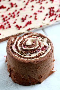 Kääretorttukakku parhaalla kinuskilla ja puolukoilla - Suklaapossu Just Eat It, Yummy Cakes, No Bake Cake, Sweet Recipes, Muffins, Cheesecake, Food And Drink, Desserts, Baking Cakes