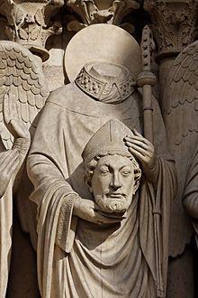 San Dionisio de París, sosteniendo su cabeza. Detalle del portal de la Virgen en la fachada occidental de la catedral de Notre Dame (París).
