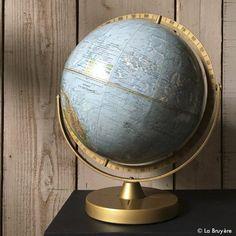 Globe terrestre, année 60's. Editeurs SCAN - GLOBE A/S. Danemark. Échelle : 1/41 849 600. Piètement et cadre en métal peint doré imitation laiton. Globe en carton, imprimé avec relief , diamètre de 30 cm. Relief, Globes, Painted Metal, Denmark, Travel, Globe, World Globes