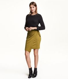 Knee-length skirt in ribbed jersey with an attached wrap front. Decorative pocket flaps at sides with concealed snap fasteners. Visible zip at back and removable fabric belt. H&m Fashion, Fashion Online, Fashion Trends, Trending Fashion, Josephine Skriver, 2015 Trends, All About Fashion, Capsule Wardrobe, Style Guides