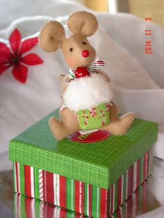 Christmas Mouse by simplysweetgifts on Etsy Christmas Wreaths, Christmas Crafts, Christmas Decorations, Christmas Ornaments, Holiday Decor, Small Cupcakes, Sweet Little Things, Felt Art, Felt Ornaments