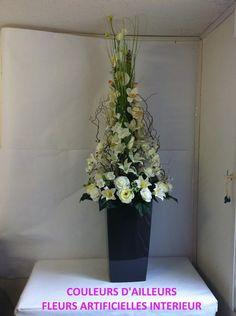 Composition de grande hauteur avec des fleurs blanches dans un grand  contenant en résine noire. c7ab04bf817