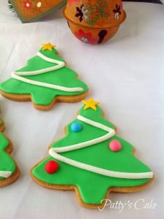 christmas cookies glase Weihnachtspltzchen Sucre d - christmascookies Christmas Tree Biscuits, Christmas Tree Cookies, Cute Cookies, Holiday Cookies, Cupcake Cookies, Christmas Treats, Christmas Baking, Gingerbread Cookies, Creative Christmas Food