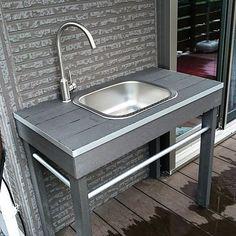 男性で、のガーデンシンク/DIYについてのインテリア実例を紹介。「人工木のウッドデッキの材料とIKEAのシンクと蛇口でガーデンシンク作ってみました。」(この写真は 2016-08-29 21:18:06 に共有されました) Outdoor Garden Sink, Outdoor Sinks, Diy Outdoor Kitchen, Rooftop Decor, Portable Sink, Kitchen Sink Diy, Studio Apartment Design, Home Goods Decor, Home Decor