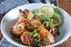 Kippenvleugels in een goddelijke saus op basis van pindakaas en kokosmelk. Super makkelijk en het resultaat is malse, zachte, amazing kippenvleugels.