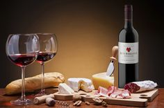 Every French expatriate in Pondicherry is actually missing this! Red wine, cheese and saucisson! Wine Recipes, Gourmet Recipes, Tapas, Grapes And Cheese, Gula, Wine Parties, Wine Cheese, Italian Wine, French Food