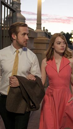 Telluride: 'La La Land' Opens Fest to Big Applause; Could Extend Its Oscar Streak (Analysis) Directed by Damien Chazelle and starring Ryan Gosling and Emma Stone the musical received two mid-movie ovations and a one at the end. Series Movies, New Movies, Good Movies, Beau Film, La La Land Costumes, Ryan Gosling Emma Stone, Movies Showing, Movies And Tv Shows, Damien Chazelle