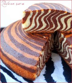 Recette du Gâteau Marbré au Nesquik   140 g de cacao type Nesquik, 300 g de farine,  140 g de sucre,  140 g de beurre,  4 oeufs,  un sachet de levure    Dans un saladier, cassez les oeufs entiers et fouettez-les avec 70 g de sucre. Incorporez-y successivement la farine, le beurre et la levure.  Divisez la pâte en deux parties. Dans l'une, ajoutez le Nesquik et dans l'autre, incorporez le sucre restant