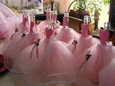 centros de mesa usando una botella o un florero y decorandolos cómo si fueran un vestido. Es una idea perfecta para usarse en fiestas de xv años.