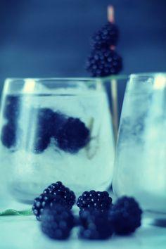 Brombeer-Salbei Gin Tonic