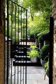 Le jardin anglais en noir et vert de Chris Moss via Nat et nature