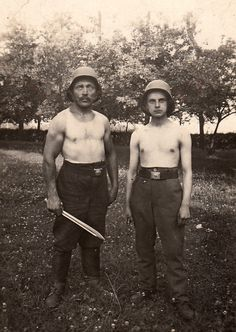 From an uncaptioned image, these appear to be two World War I German soldiers at leisure, albeit with a fearsome bayonet, via Jedem das seine