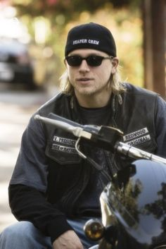 Charlie Hunnam, can I have a ride ?