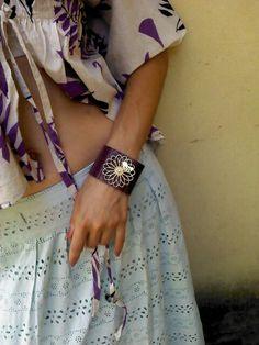Bracelete couro roxo/pássaro http://instagram.com/petalasdemaria