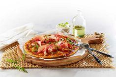 Pizza er typisk kosemat i helgen. Men pizza med parmaskinke, ruccola og pinjekjerner kan nytes på hverdager også.