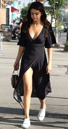 Selena Gomez out and about in Los Angeles, February 2018 Selena Gomez Outfits, Selena Gomez Fashion, Selena Gomez Style, Cute Casual Outfits, Chic Outfits, Casual Dresses, Fashion Outfits, Summer Dresses, Beach Outfits