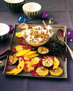 Beim Dessert wird's noch mal opulent: Tropische Früchte treffen auf eine sahnige Quark-Creme. Aber der Clou bei diesem Weihnachtsdessert sind die Pfeffernuss-Croûtons. Zum Rezept: Quarkcreme mit Obstsalat