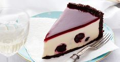 Rich, creamy and utterly indulgent, enjoy a big slice of this black forest cheesecake. Stuffed with juicy cherries and complete with a beautiful chocolate crust, it is perfect for a sweet dessert. Köstliche Desserts, Delicious Desserts, Dessert Recipes, Yummy Food, Best Cheesecake, Cheesecake Recipes, Black Forest Cheesecake, Cheesecakes, Let Them Eat Cake