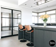 Deze landelijke moderne zwart eiken keuken is geheel op maat gemaakt. De zwart stalen deuren maken de ruimte helemaal af!
