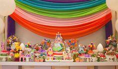Quem foi criança nos anos 1980 deve lembrar bem do Meu Pequeno Pônei! O lindo desenho de pôneis coloridos foi o tema dessa festinha, com decoração da Fête.